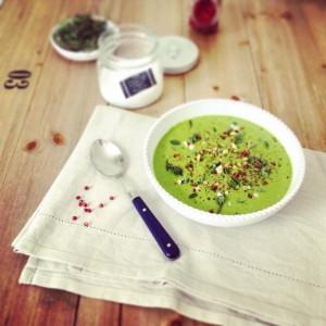 Vellutata crudista di spinaci, avocado e anacardi
